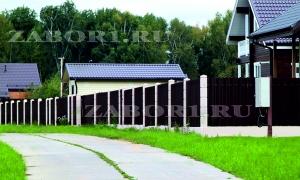 забор с металическим штакетником