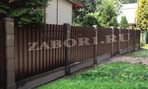 забор из евроштакетника с бетонными столбами