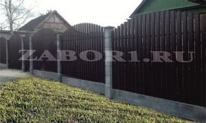 забор горка из евроштакетника с бетонными столбами